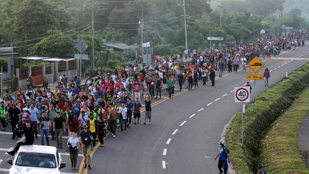 """Trump calcula que hay """"10.000"""" personas en caravana y dice que """"no entrarán"""" a los Estados Unidos"""